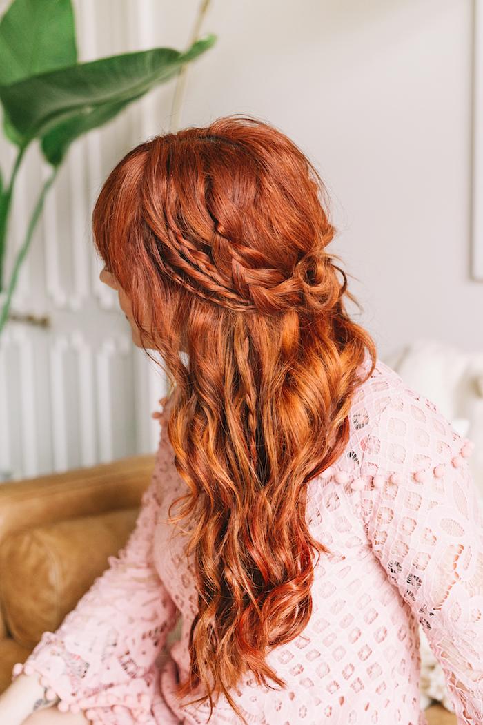 halboffene frisuren, einfache flechtfrisuren, frau mit roten haaren und rosa bluse, zöpfe