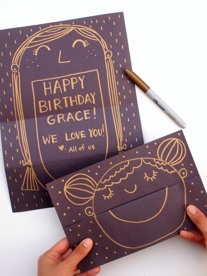karten selber basteln, selbstgemache geburtstagskarten aus dunkellila papier, mädchegesicht zeichnen, goldener farbstift