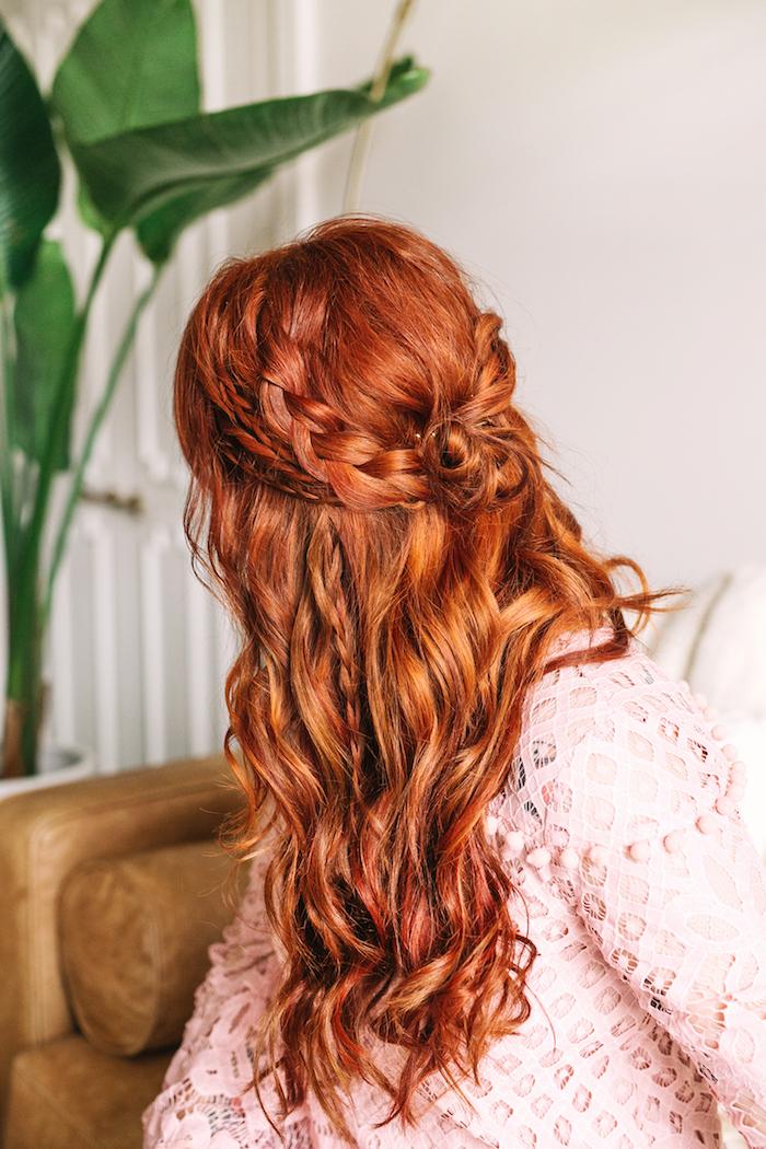 halboffene frisuren, rosa bluse, lange kupferfarbene haare, halber geflochtener dutt, alltagsfrisur