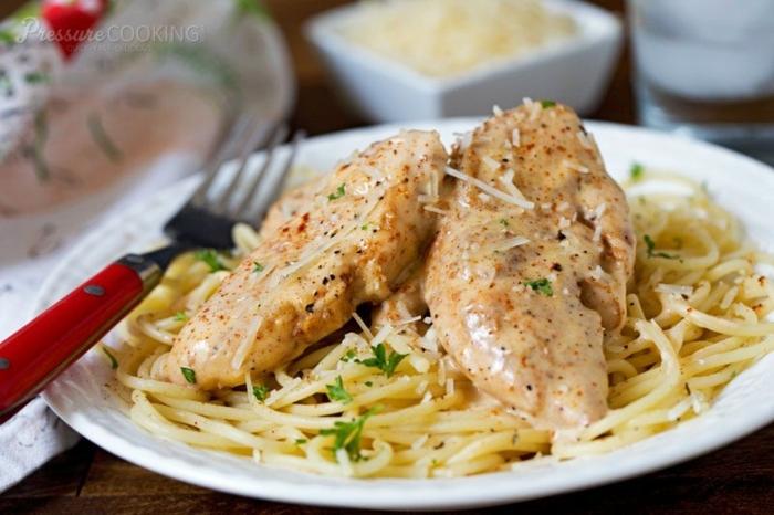 abendessen ideen warm, fleisch fillet aus hähnchen mit spagetti pasta oder zucchini idee