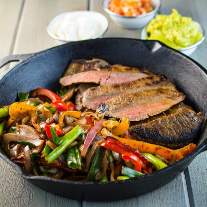 fleisch, gemüse, abendessen ideen warm, zubereitung in der pfanne, buntes essen