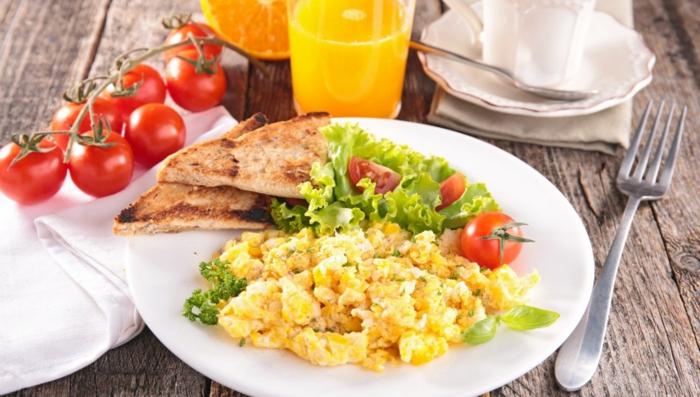abendessen ideen warm, eier und gemüse rührei, hänchenfillet stücke und orangensaft in einem glas