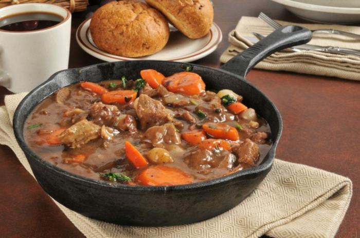 lechere speise in der pfanne zubereiten mit soße, abendessen ideen warm, rindfleisch mit möhren