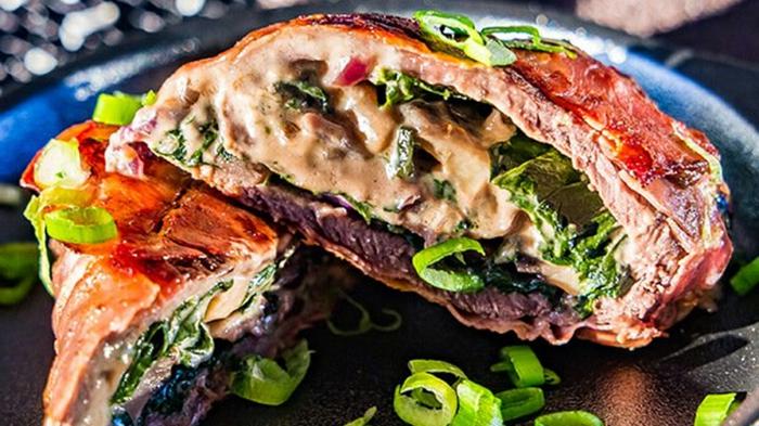 abendessen ideen warm, gerolltes fleisch mit gemüse, blattsalat, käsesoße, zwiebel