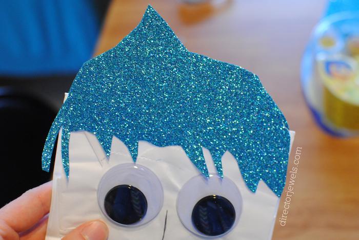 blaue haare und schwarze augen, eine hand und ein wesen inside out joy, eine hand und . ein tosch aus holz, basteln mit papiertüten