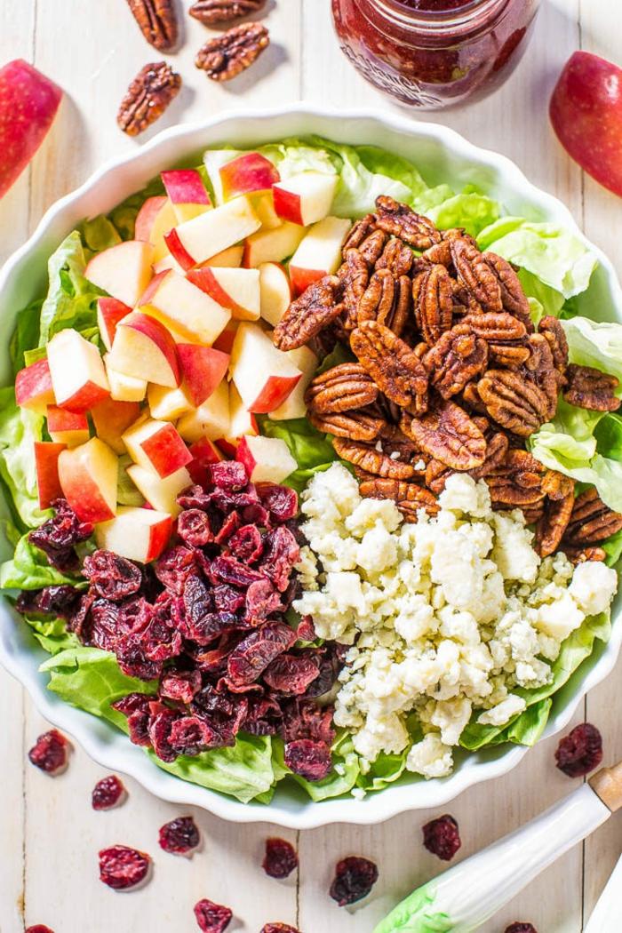 ein Salat aus vier Teile, Walnüsse, Äpfel, Gojibeere und Käse, schnelle Salate