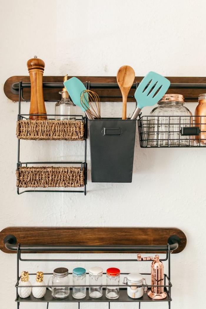 schlaue Wandgestaltung Küche, Abstellraum und Dekoration, weiße Wand, buntes Zubehör