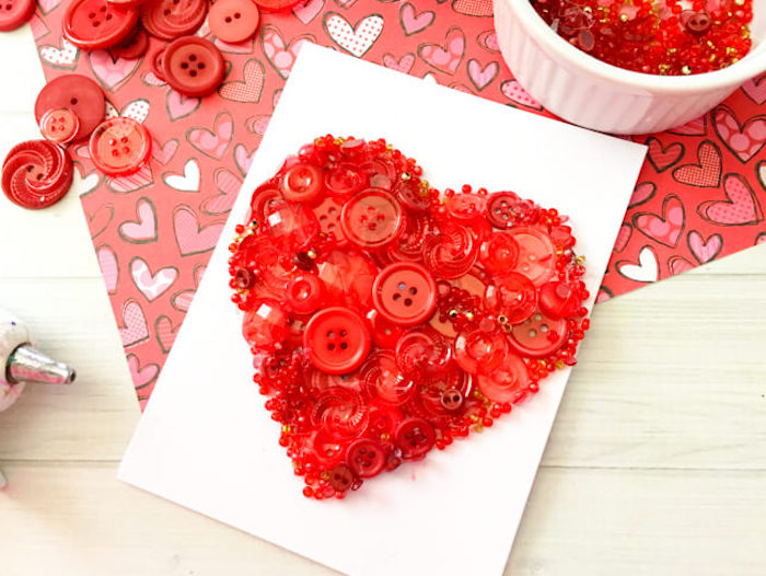 ausgefallene geburtstagskarten selber basteln, klappkarte dekoriert mit großem herzen aus roten knöpfen