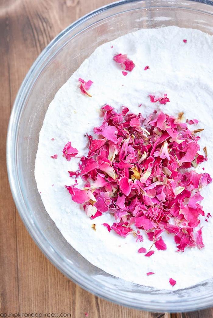 Badekugeln mit Rosenblättern selbst herstellen, in Glasschale zubereiten