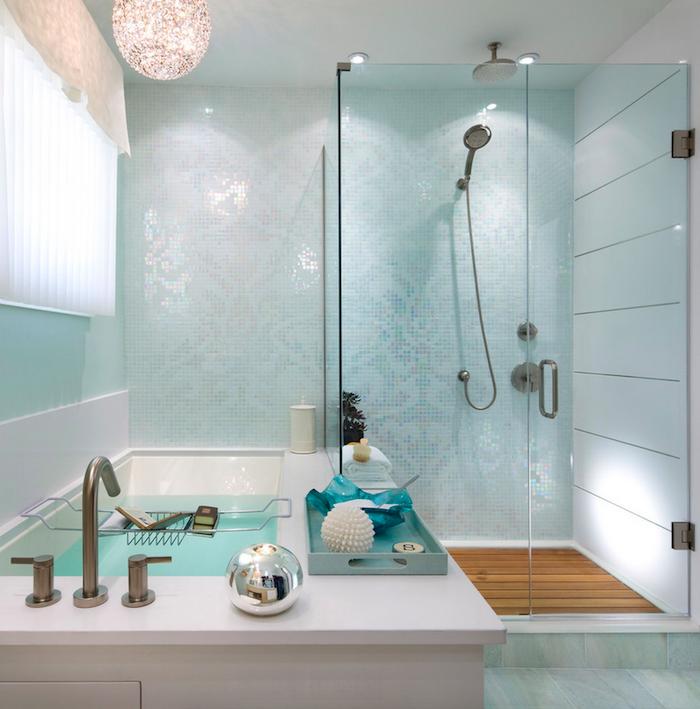 Badezimmer in Türkis, runder Lampenschirm, weiße Badewanne und Duschkabine
