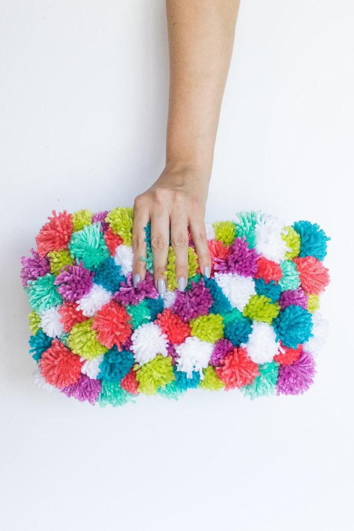 Cutch mit bunten Pompons, Idee für selbstgemachtes Geschenk für Freundin