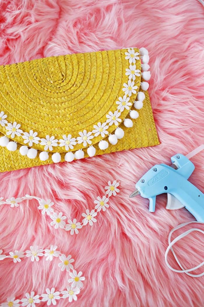 Gelbe Clutch mit weißen Pompons und kleinen Blumen, Idee für DIY Geschenk
