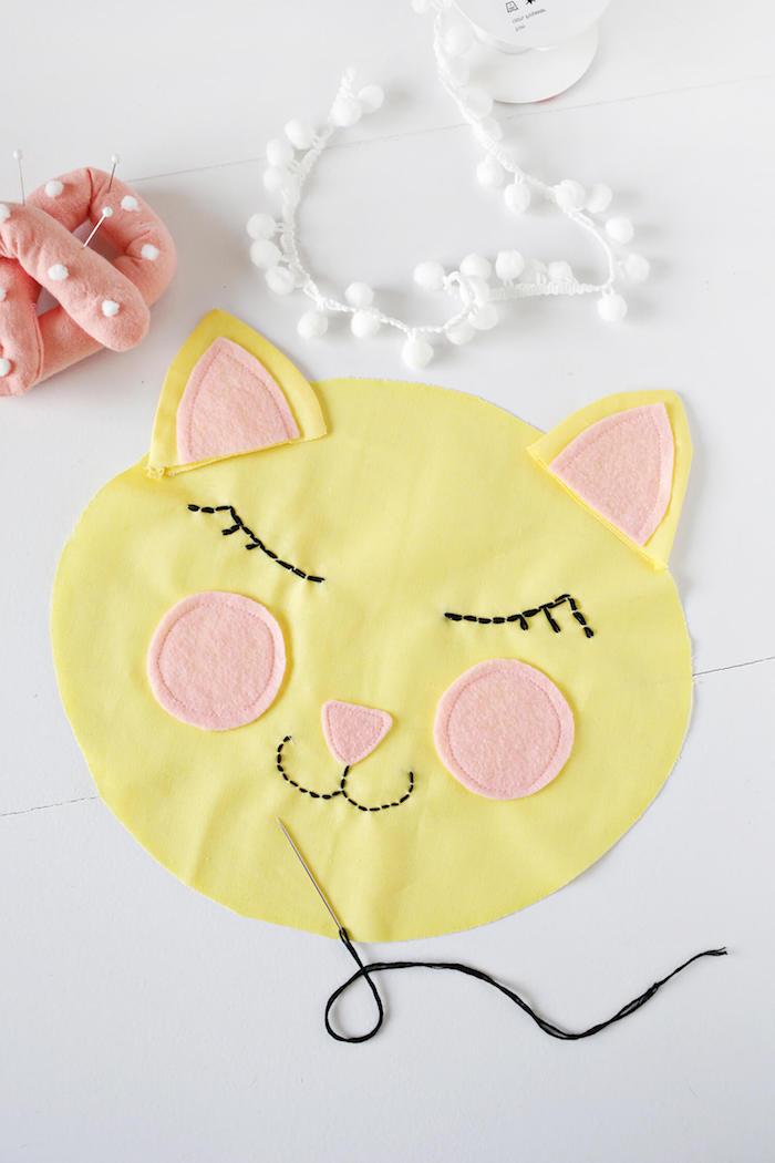 Gelbes Kissen Katze, Wangen und Ohren aus rosa Stoff, Bretzel Nadelkissen