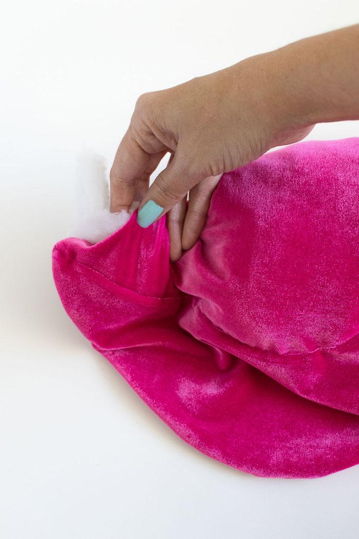 Kissen selber nähen und mit Watte füllen, violetter Kuss aus Plüsch