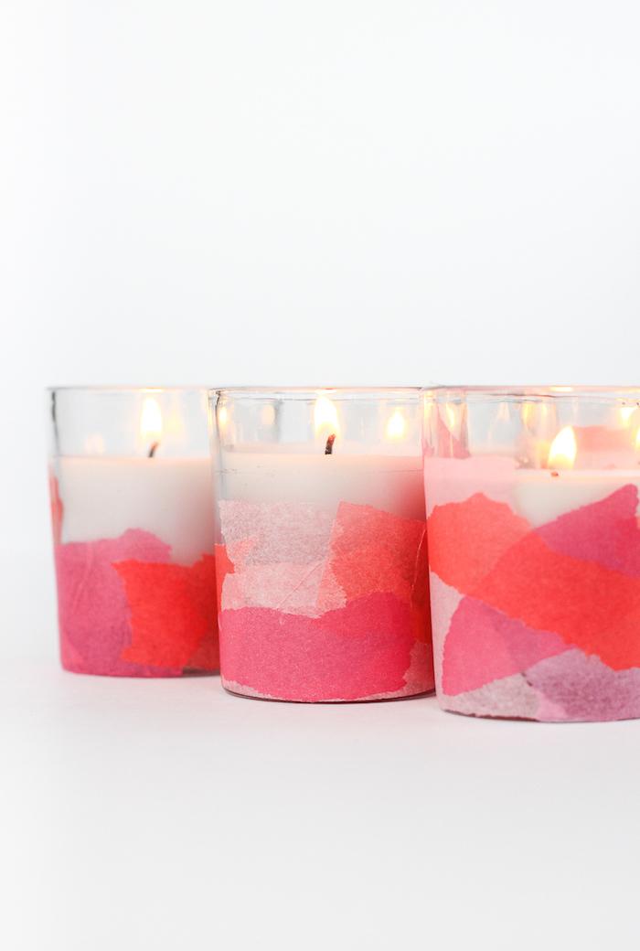 Weiße Kerzen mit Serviettentechnik verzieren, rosa und rotes Papier zum Bekleben