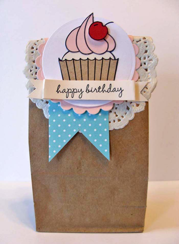 bastelideen zum geburtstag, brauner papier, strickerei, cupcake mit kirsche, geburtstagskarte