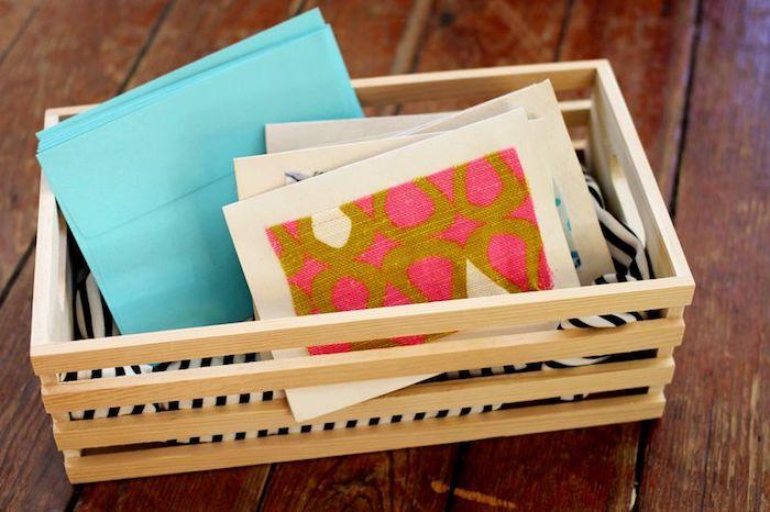 diy ideen, bastelideen zum geburtstag, viele selbstgemachte geburtstagskarten, blaue briefumschläge