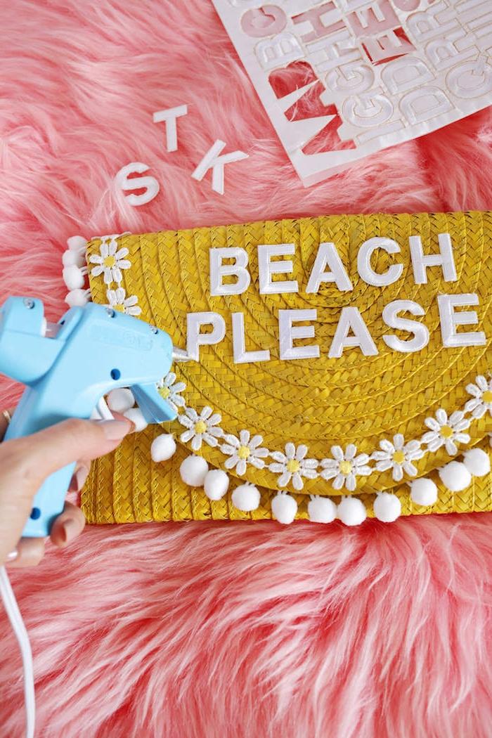 Gelbe Clutch selbst verzieren, Buchstaben mit Heißklebepistole befestigen, Aufschrift Beach Please