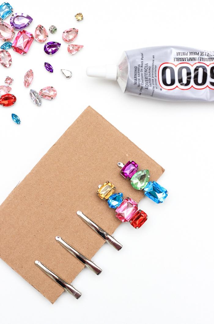Bunte Kristalle auf Haarklammern mit Bastelkleber befestigen, Idee für DIY Geschenk