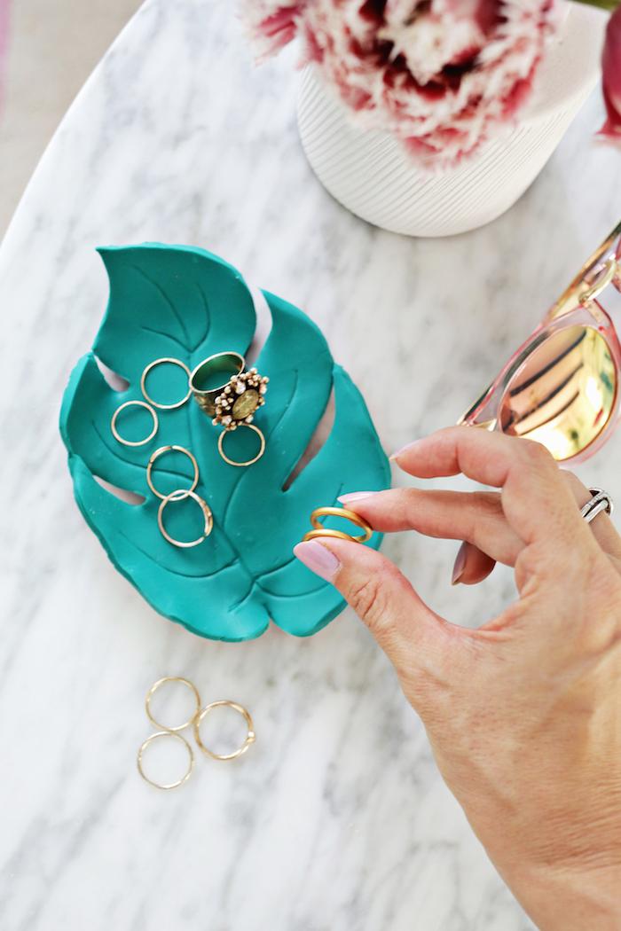 Ringschale in Form von Blatt aus Fimo selbstgemacht, goldene Ringe stecken