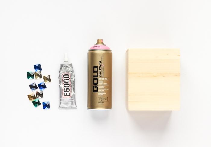 Servietten Box aus Holz selber verzieren, mit bunten Kristallen und Spray