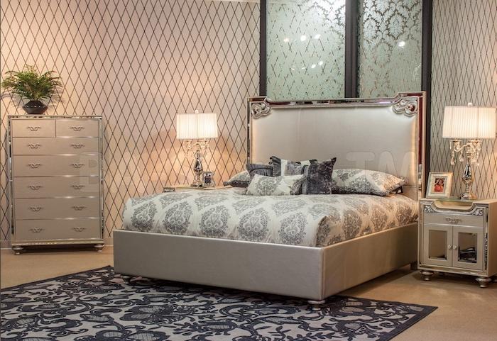 schlafzimmer deko ideen zum erstaunen, ausgefallenes zimmerdesign, bettwäsche mit dessin in beige und blau, zimmerpflanze, lampen