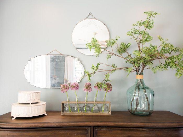 deko ideen schlafzimmer, deko auf dem schrank, blumen, rosa, blumen in vasen dekorationen, spiegel