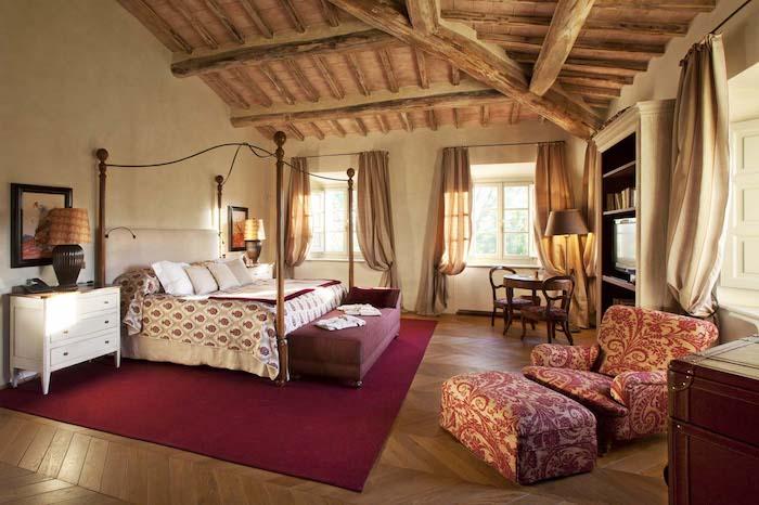 deko ideen schlafzimmer, teppich in rot, landhausstil, großartig, schön, bunter sessel