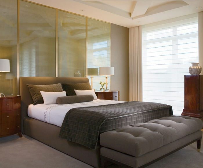modernes feng shui schlafzimmer, spiegel hinter dem bett, graues design, große fenster