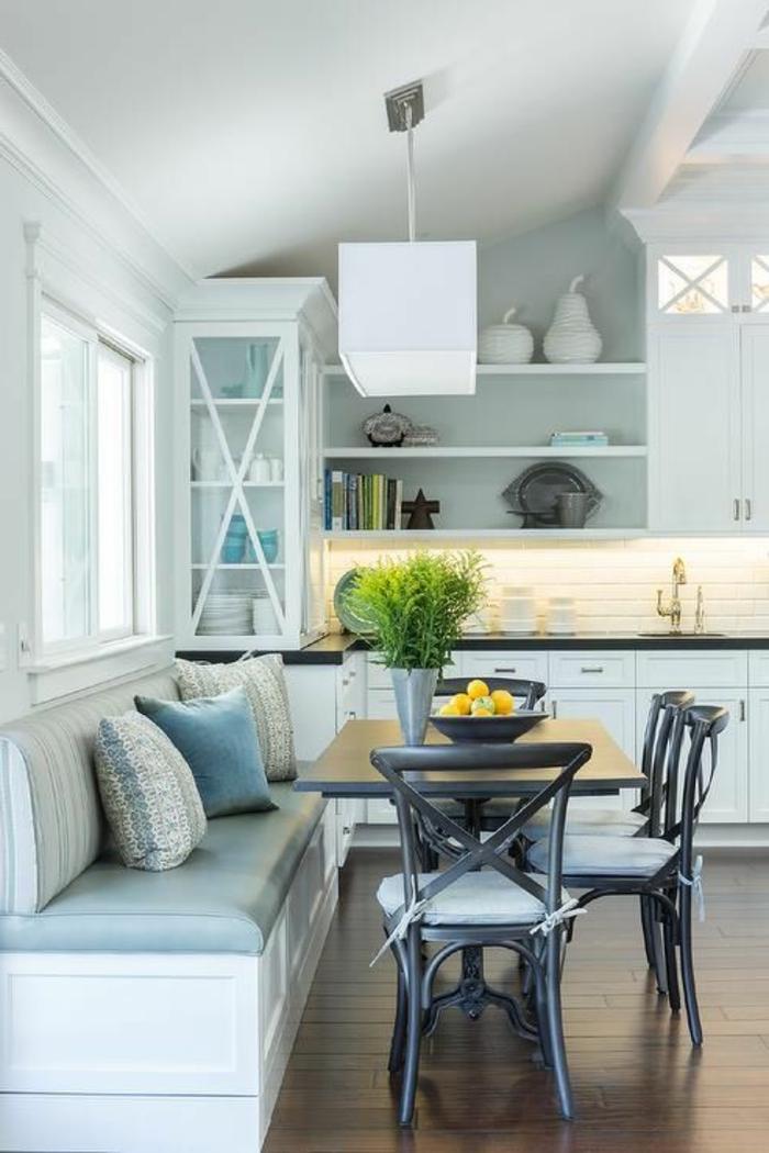 eine schöne kleine gemütliche Küche mit hellblauen Wänden, Wandgestaltung Küche mit Farbe