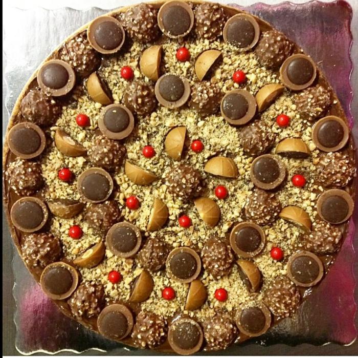 eine ausgezeichnete Toffifee Torte mit Toffifee Pralinen und Ferero Rocher dekoriert