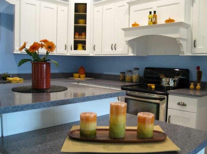 eine Küche mit weißen Regalen und blauen Wände, Kontrast, Wandgestaltung Küche