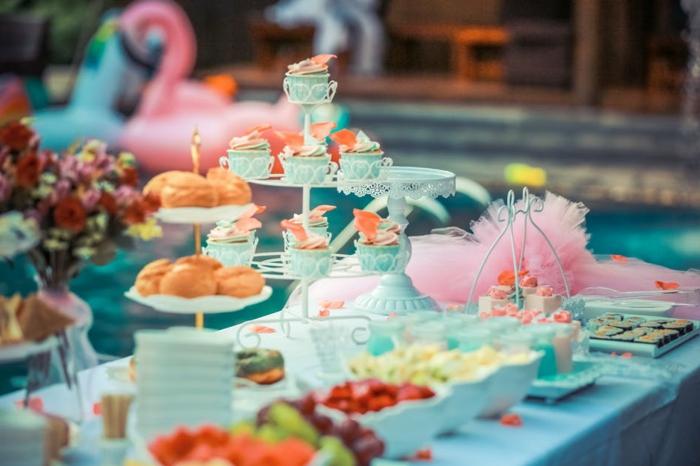 Kommunion Tischdeko für Junge, viele Bonbons in Schalen, Ständer mit Cupcakes