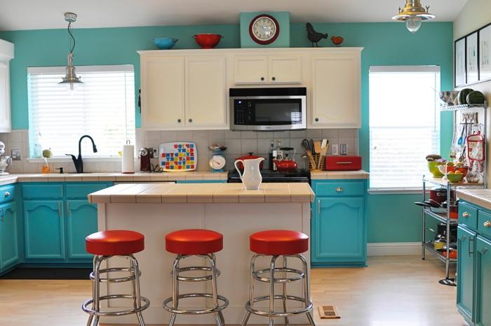 eine niedliche blaue Küche mit blauen Regalen, rote Hocker, Wandgestaltung Küche