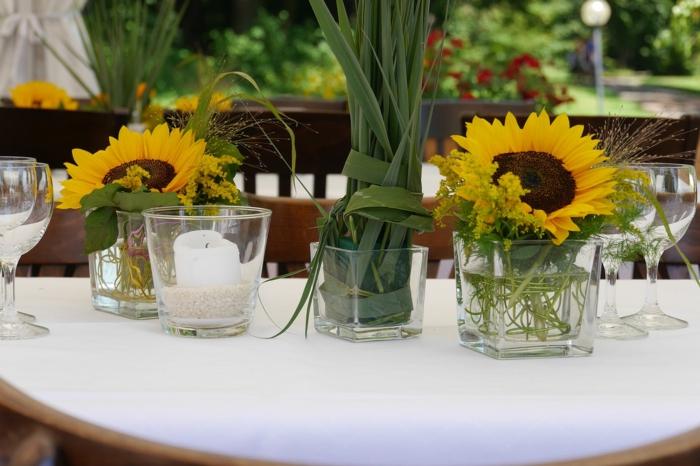 eine interessante Tischdeko Kommunion, ein Windlicht mit weißer Kerze, zwei Sonnenblumen