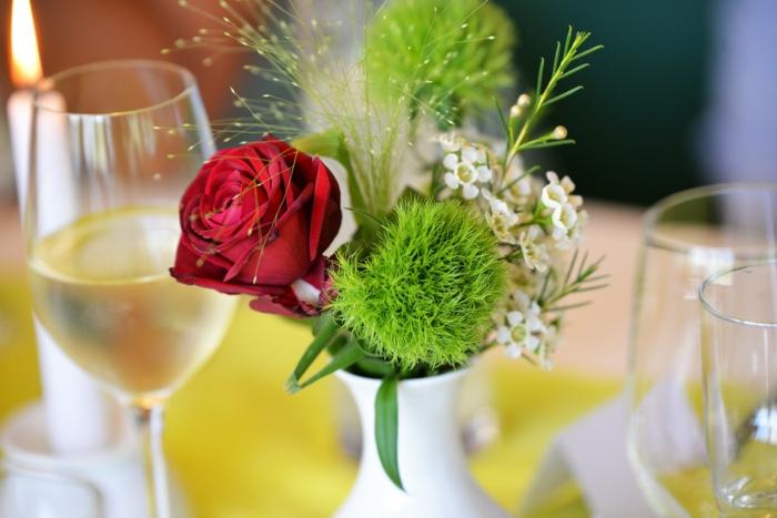 grünes Moos, kleine weiße Blume, eine rote Rose, weiße Vase, Tischdeko Kommunion