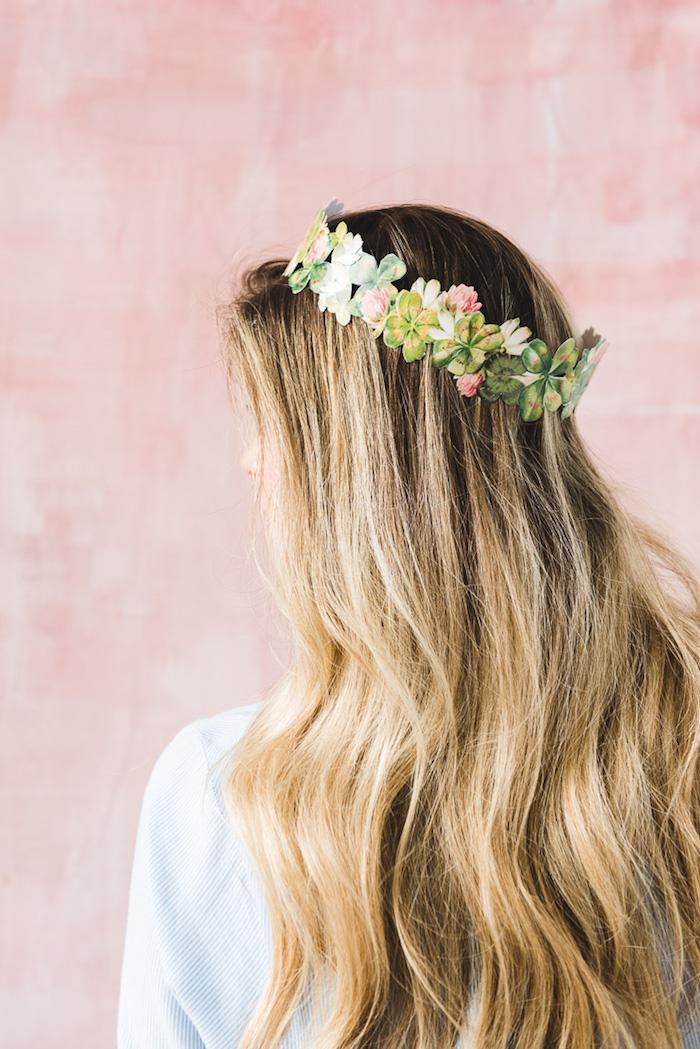 Blumenkranz aus Papier, Geschenk zum Muttertag, Frau mit langen blonden Haaren