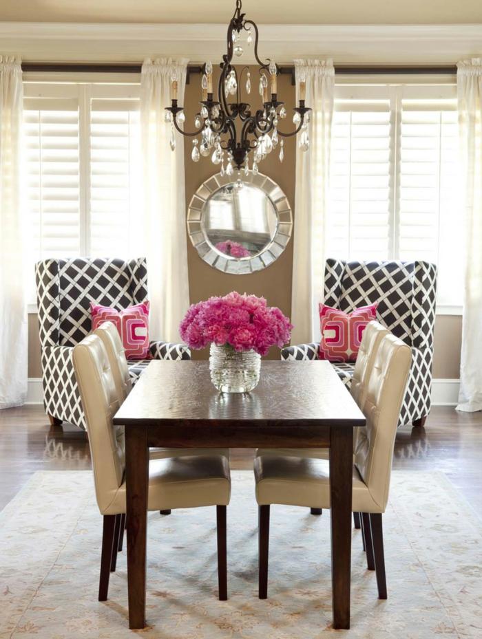 stilechtee kleines Esszimmer, vier gepolsterte Stühle, ein runder Spiegel, kleine Wohnung einrichten