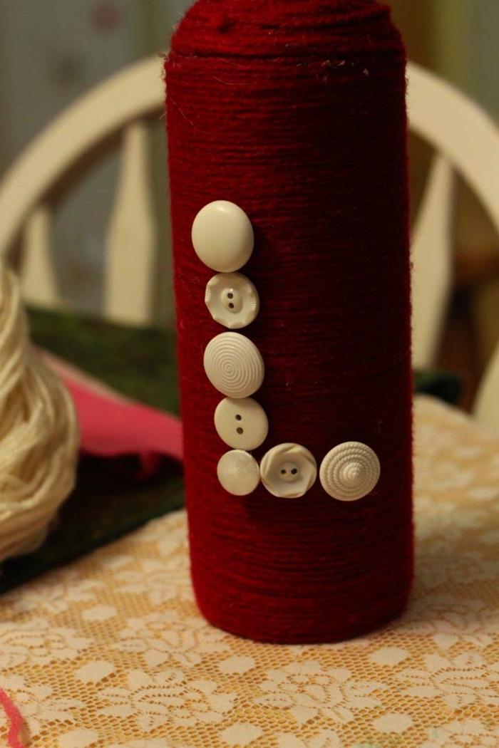ein Buchstabe auf einer Flasche mit Knopfen formen, Flaschen als Geschenk verpacken