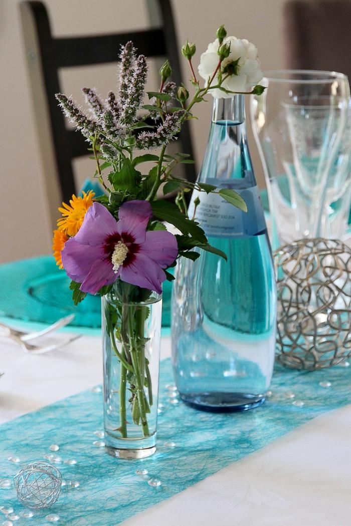 eine ausgezeichnete Tischdeko Kommunion, kleine Glasperle auf einem blauen Tischläufer