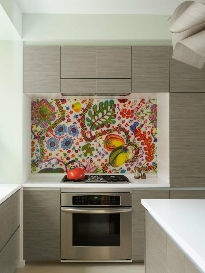graue Regale, farbenfrohe Tapete mit Blumen und Früchte, eingebauter Ofen, Wandgestaltung Küche