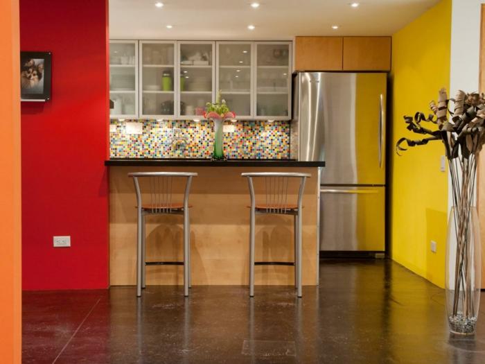 eine farbenfrohe Küche, gelbe und rote Wände, schöne Deckenleuchte, bunte Wandgestaltung Küche