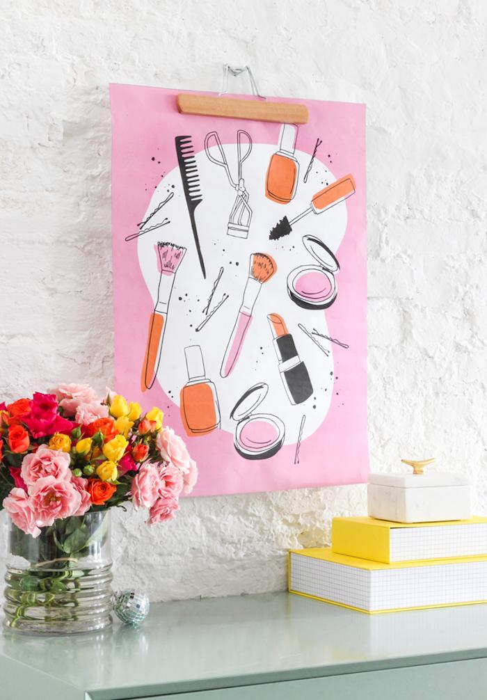 Rosa Poster an der Wand, bunter Blumenstrauß, drei Schachteln, silberne Kugel
