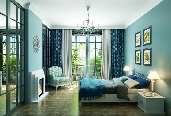 Schlafzimmer Einrichtung, Wandfarbe Hellblau, dunkelblaue Vorhänge, verspielter Kronlecuhter