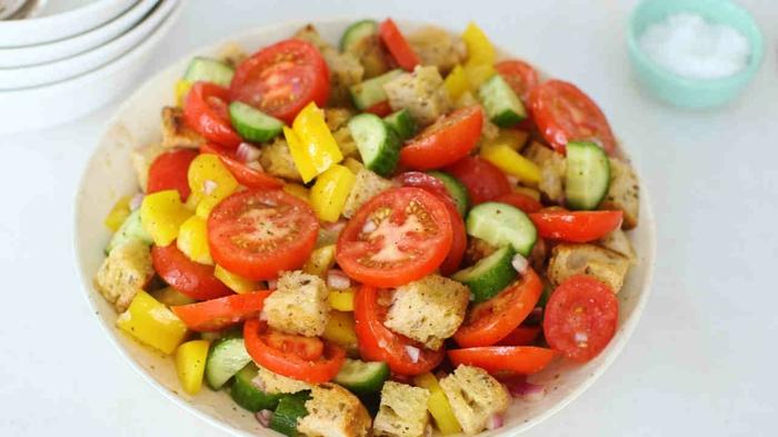 eine Schalle voller Kirschtomaten, Gurken und Paprika, Croutons, Gesunde Salate