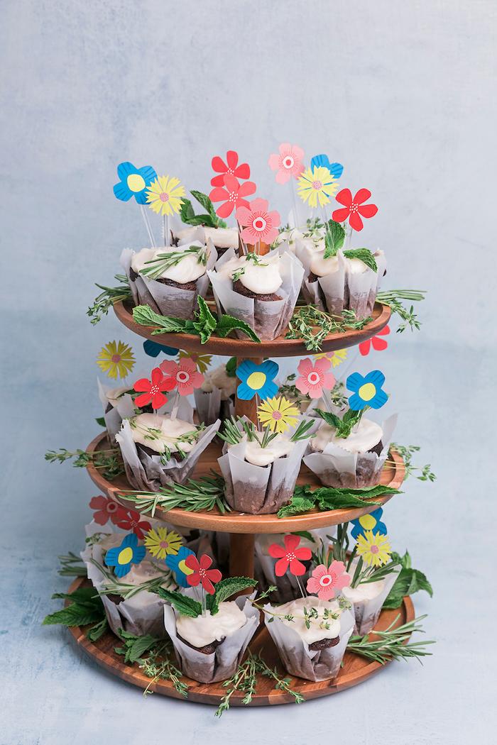 Cupcakes mit bunten Blumen aus Papier, Partyessen selbst vorbereiten und schön verzieren