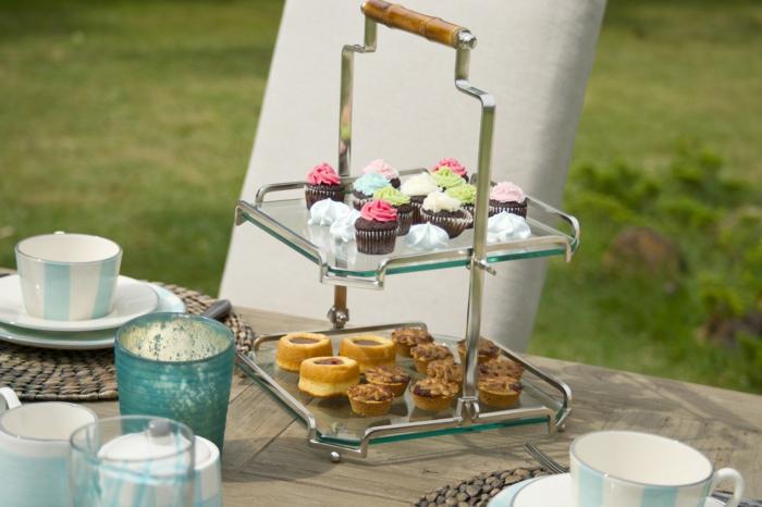 ein Ständer von Süßigkeit voller Kekse und Cupcakes, Tischdeko Kommunion