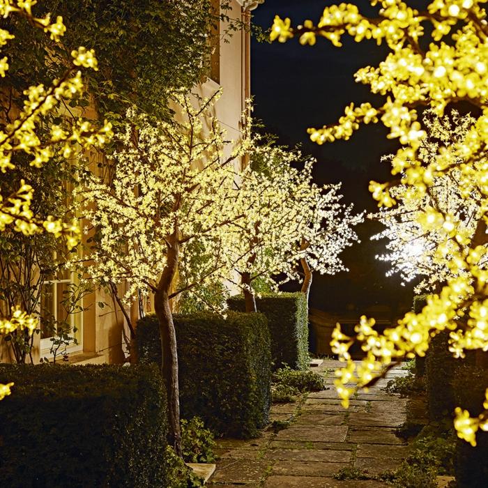 Gartenparty Deko, ein spiel mit der beleuchtung, idee wie sie die bäume im garten verzieren können, traumgarten