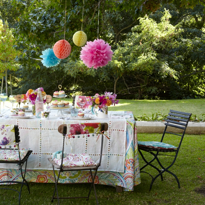 farbenfrohe und dezente dekorationen, Gartenparty Deko idee, papierdeko selber basteln, stuhldeko