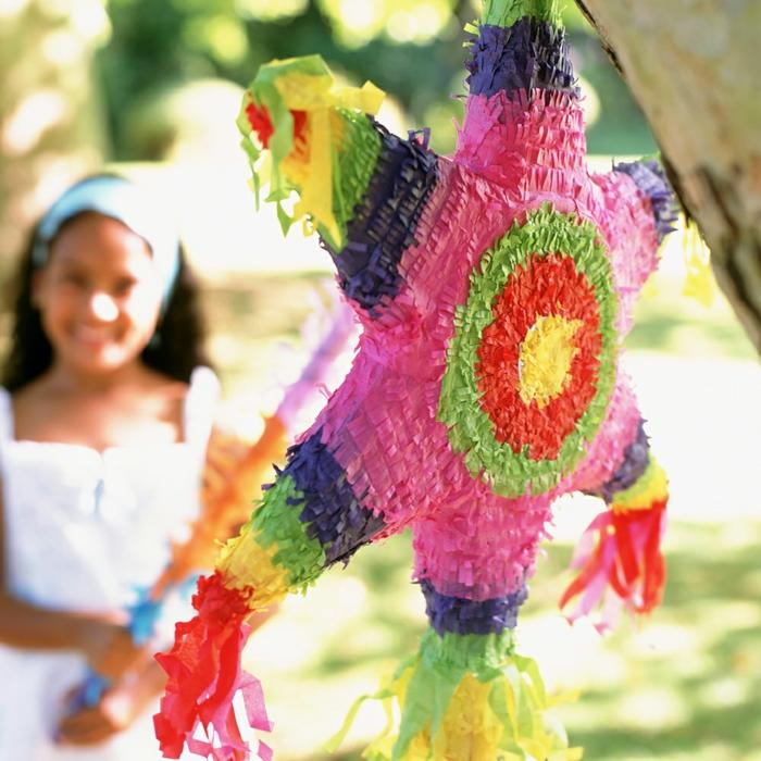 pinata bei einem kindergeburstag, feier im eigenen garten, Gartenparty Deko, fröhliche kinder